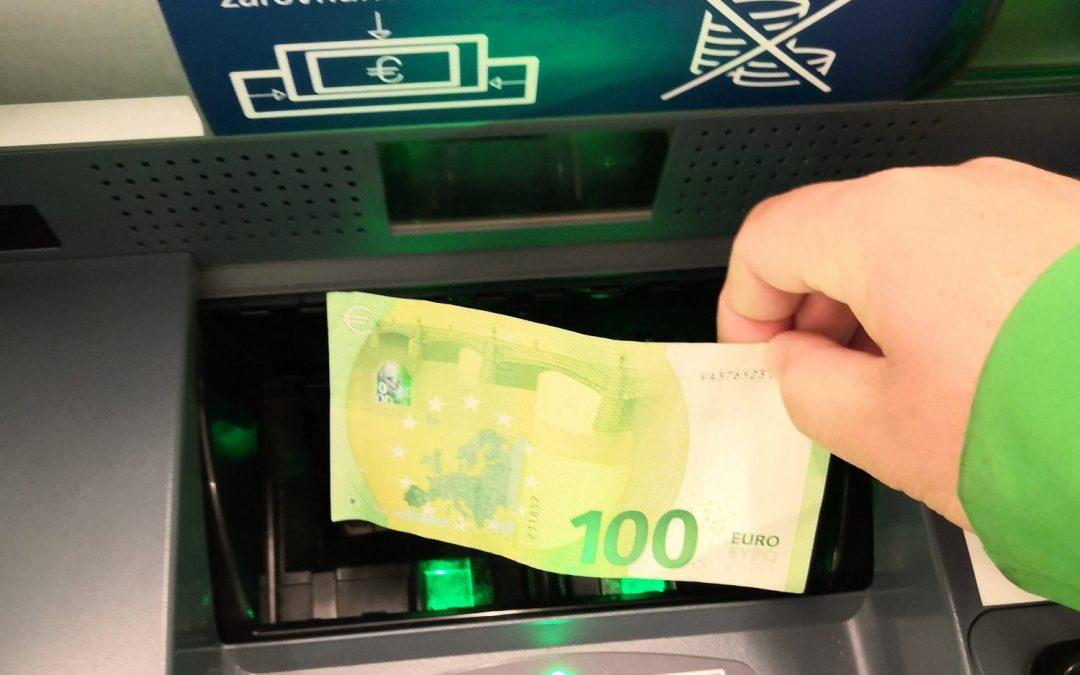 Čoraz viac bankomatov prijíma vklady. Navyše zadarmo