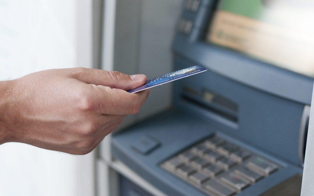 Aký poplatok zaplatíte za výber z cudzieho bankomatu a ako ho môžete mať zadarmo